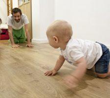 Niños moviéndose y terapeuta